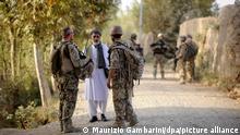 Ein Bundeswehrsoldat (l) und ein Dolmetscher (r) sprechen am 31.08.2011 nahe Kundus im Distrikt von Char Darreh mit einem Mann. (Illustration zu dpa: Deutschland will Flüge afghanischer Ortskräfte unterstützen) +++ dpa-Bildfunk +++