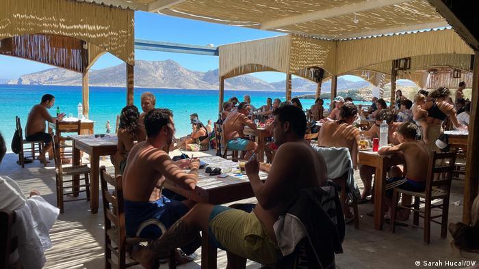 Ελλάδα |  Τουρίστες που κάθονται σε ένα μπαρ δίπλα στην παραλία