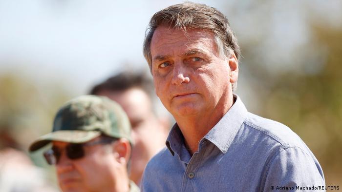 Bolsonaro acompanhado de militar