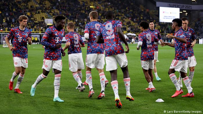 Bayern Munich's players pay tribute to the late Gerd Müller wearing '9 Müller' shirts before kickoff in Dortmund.