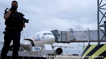 Самолет из Кабула, на котором эвакуировали афганцев, прибыл в аэропорт имени Шарля де Голля в Париже