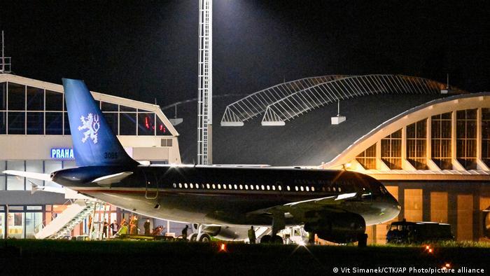تصویر دومین هواپیمای متعلق به جمهوری چک را نشان میدهد که ۸۷ نفر از شهروندان و همکاران محلی خود را از فرودگاه کابل خارج و به پراگ رسانده است.