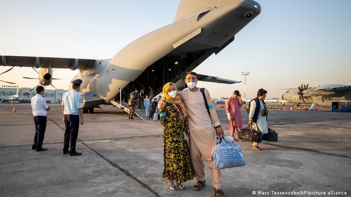 دولت آلمان با اجاره یک هواپیمای مسافربری شرکت هواپیمایی لوفتهانزا این گروه از نجاتیافتگان را که شامل ۱۳۰ نفر میشوند از تاشکند به فرودگاه فرانکفورت منتقل کرد.(عکس: ورود به تاشکند)