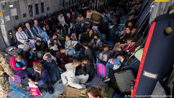 Menschen an Bord eines Evakuierungsflugzeugs der Bundeswehr am Flughafen Kabul