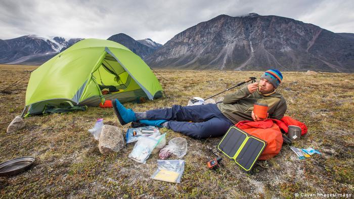 Kanda | ein Camper vor seinem Zelt