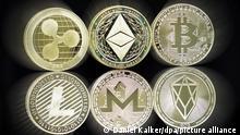 Münzen populärer Kryptowährungen wie Ripple, Bitcoin und Ethereum. Foto vom 18. April 2021.