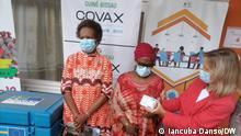 Lieferung von AstraZeneca-Impfstoffen, die von Schweden gespendet wurden. In der Mitte: Magda Robalo, Hochkommissarin für Covid-19. Rechts: Simona Schlede, Europäischen Union in Bissau. Fotograf: Iancuba Dansó / DW Datum: 18.08.2021