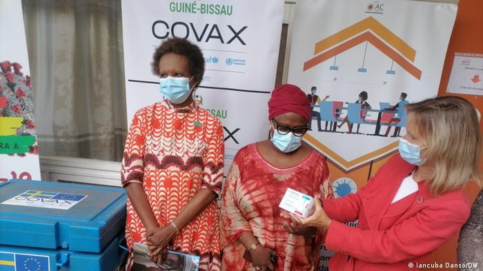 Magda Robalo, Alta Comissária para a Covid-19 (centro), e Simona Schlede, chefe da Cooperação da União Europeia em Bissau