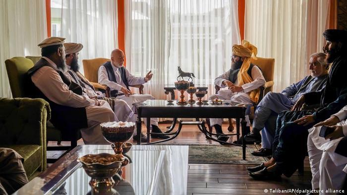 In den gelben Sesseln: Ex-Präsident Hamid Karsai und Taliban-Mitglied Anas Hakkani, rechts daneben Abdullah Abdullah