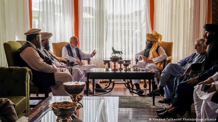 Экс-президент Афганистана Хамид Карзай (в центре слева) на встрече с делегацией Талибан в Кабуле, 18 августа 2021 года