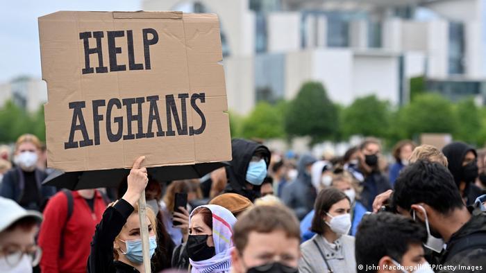 Almanya'nın başkenti Berlin'de, başbakanlık binası önünde, daha fazla Afganistanlının tahliye edilmesini talep eden göstericiler - (17.08.2021)