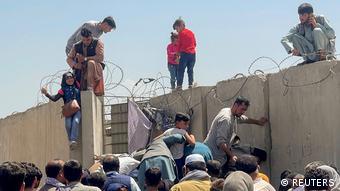 Афганцы пытаются пробраться на территорию аэропорта Кабула