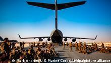 US-Marines warten auf dem Luftwaffenstützpunkt Al Udeied in Katar auf ihren Flug nach Kabul. +++ dpa-Bildfunk +++