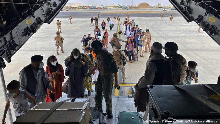 Kabil'den tahliye edilmek üzere İspanya Hava Kuvvetleri'ne ait A400 tipi bir nakliye uçağına binen kişiler