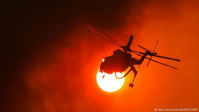 Helikopter za gašenje požara u akciji kod sela Vilija u blizini Atine. Mnogi požari u Grčkoj još uvek nisu pod kontrolom.