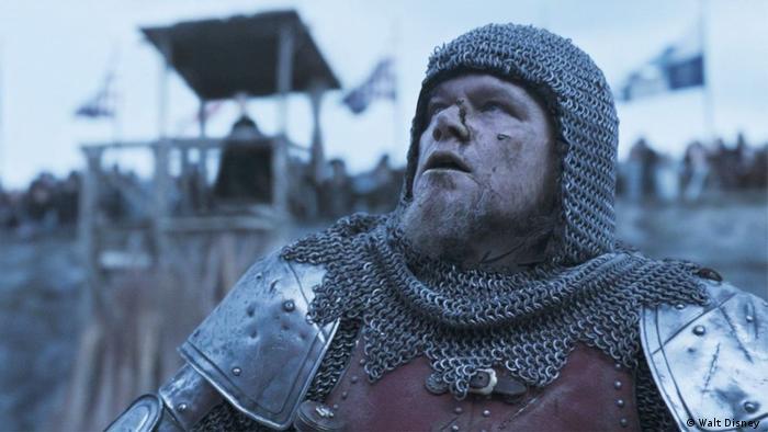 Cena do filme, com ator Matt Damon em roupa de cavaleiro medieval