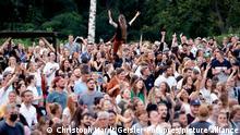 Publikum bei einem Benefizkonzert an der Südbrücke zugunsten der Opfer des Jahrhunderthochwasser in der Eifel. Auftritte und Gastronomie finden unter Corona-Auflagen wegen der Covid-19 Pandemie statt. Ab einer Inzidenz von 50 gilt in Köln wieder: Es dürfen nur 500 getestete Personen in Konzerte, Kinos und Theater innen unter Einhaltung von Mindestabstand. (Themenbild, Symbolbild) Köln, 12.08.2021