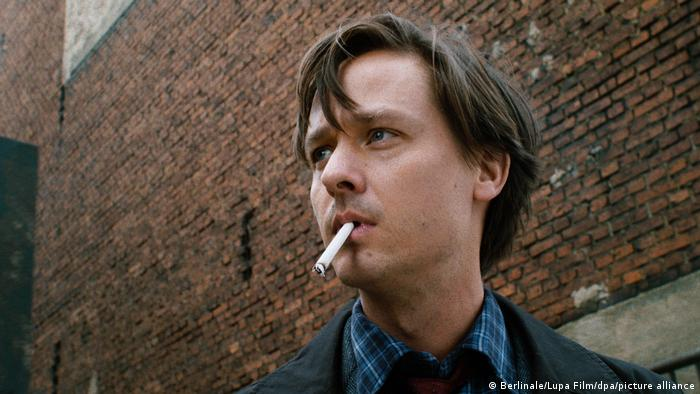 Filmstill von Fabian zeigt den Hauptdarsteller Tom Schilling mit Zigarette im Mund.