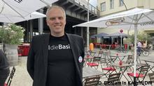 Datum: 5. 8. 2021 Ort: Berlin Zeigt, Henning Hacker, Vorstand des Landesverbands der Basis in Berlin