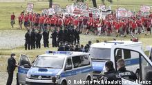 Demonstrierende Fans des 1.FC Köln erreichen unter der Beobachtung der Polizei den Aufstellort einer Demonstration gegen das geplante Versammlungsgesetz für Nordrhein-Westfalen. +++ dpa-Bildfunk +++