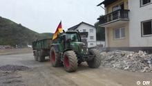 Traktor/Helfer Titel: FOKUS_TRAKTOR Still aus DW-ED Tags: Traktorfahrer, Helfer, Ahrtal Dernau