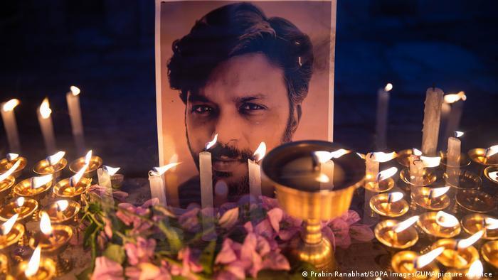 Mahnwache für den in Afghanistan getöteten Journalisten Danish Siddiqui am 20. Juli in Kathmandu, Nepal mit Kerzen vor seinem Photo