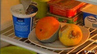 Angeschimmelte Orange und Zitrone im Kühlschrank (Foto: DW-TV)