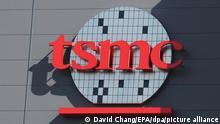 Taiwan, Tainan, 26.05.2016 - Das Logo des Chipherstellers TSMC an einem Gebäude. Angesichts der aktuellen Halbleiter-Knappheit will der Chipfertiger TSMC binnen drei Jahren 100 Milliarden Dollar in den Ausbau seiner Produktion und die Entwicklung neuer Technologien investieren. (Zu dpa Chipfertiger TSMC will 100 Milliarden Dollar investieren) +++ dpa-Bildfunk +++