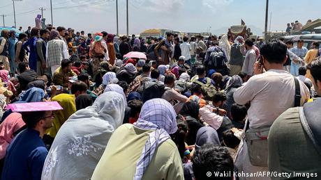 Menschenmenge an einer Straße zum Kabuler Flughafen
