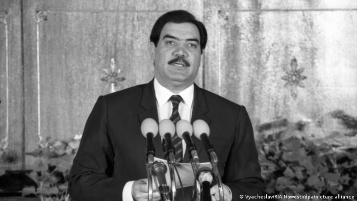 طالبان به سرعت مناطقی را در جنوب افغانستان که زیر تسلّط دولت مجاهدین به رهبری برهانالدین ربانی بود، اشغال کردند. آنها یک ماه و دو روز پس از اعلام موجودیت، ولایت قندهار و در روز ۲۶ سپتامبر سال ۱۹۹۶ کابل را هم به تصرف درآوردند. آنها به محض ورود به کابل قتلعام را شروع کردند و جنازه محمد نجیبالله (تصویر)، رئیس جمهور و برادرش را در چهارراه آریانا به نمایش گذاشتند.