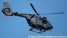 Ein Hubschrauber der Bundeswehr (H145M), der normalerweise zum Absetzen von Spezialkräften genutzt wird, fliegt über dem Ortsteil Blessem.
