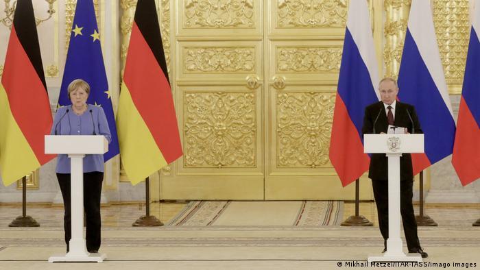 Kushoto: Kansela wa Ujerumani Angela Merkel. Kulia: Rais wa Urusi Vladmir Putin
