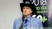 Sergio Reis, einem brasilianischen Sänger und ehemaligen brasilianischen Bundesabgeordneten von der brasilianischen Abgeordnetenkammer aufgenommen wurde und frei verwendet werden kann. Der Fotograf ist Cleia Viana/Câmara dos Deputados und das Bild wurde am 04/07/2018 aufgenommen.
