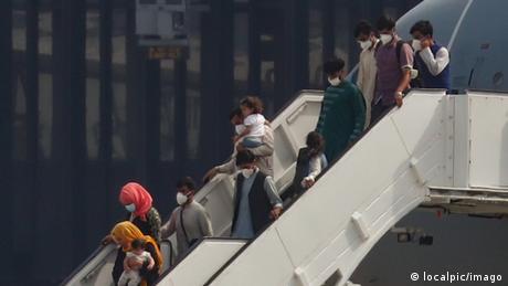 Διχασμένοι οι Γερμανοί για τους Αφγανούς πρόσφυγες