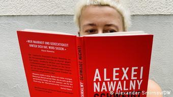 Немецкая читательница раскрыла книгу судебных речей Навального