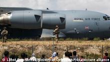 Auf diesem vom britischen Verteidigungsministerium zur Verfügung gestellten Foto sind Angehörige der britischen Streitkräfte bei der Evakuierung von Personal am Flughafen in Kabul zu sehen. +++ dpa-Bildfunk +++