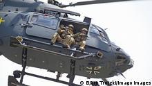Unterstützung des KSK mit dem Helikopter Airbus H145M LUH SOF: Das Kommando Spezialkräfte KSK der Bundeswehr bei einer Vorführung am Tag der Bundeswehr beim Ausbildungszentrum Spezielle Operationen AusbZSpzlOp in Pfullendorf. Am Ausbildungszentrum Spezielle Operationen in Pfullendorf werden unter anderem Spezialkräfte der Bundeswehr ausgebildet. Anlässlich des Tag der Bundeswehr am 15. Juni 2019 hat der Standort für die Öffentlichkeit seine Tore geöffnet. Unter anderem zeigte das Kommando Spezialkräfte eine Geiselbefreiung mit Unterstützung von zwei Helikoptern Airbus H145M SOF. Die III. Inspektion des Ausbildungszentrum Spezielle Operationen zeigte mit EGB-Kräften Fallschirmjäger mit erweiterter Grundbefähigung das Eindringen in ein