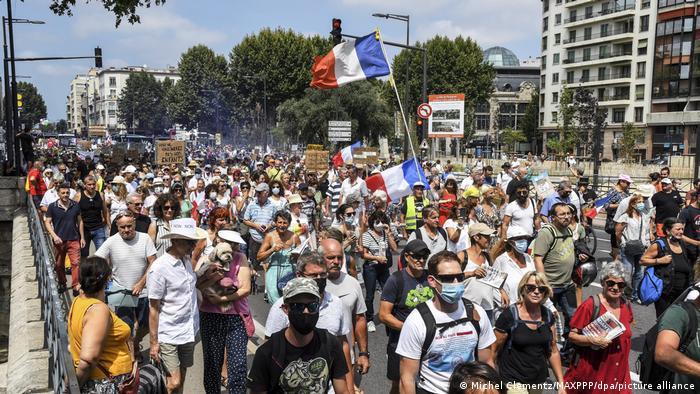 Участники протестов против расширения ковидных ограничений во Франции