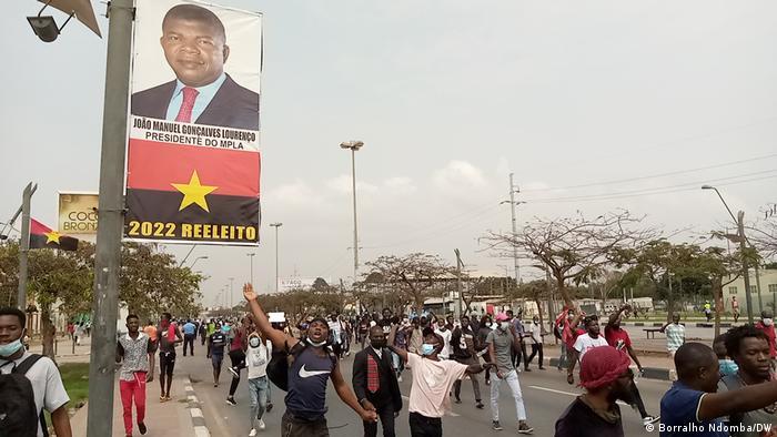 Propaganda eleitoral do MPLA numa rua de Luanda, Angola