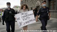 21.08.2021 Police officers detain a journalist who holds a placard which reads We don't stop being journalists during a single picquet of solidarity with collegues who were added to the list of foreign agent media near the headquarters of Russia's Federal Security Service (FSB) in Moscow on August 21, 2021. - Russia on August 20, 2021, added independent TV channel Dozhd (TV Rain) to a growing list of foreign agent media outlets as liberal organisations face mounting pressure in the country. (Photo by Natalia KOLESNIKOVA / AFP) (Photo by NATALIA KOLESNIKOVA/AFP via Getty Images)