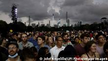 21.08.2021 A lightning bold strikes behind the Manhattan skyline as thunder storms and lightning move in while Barry Manilow performs forcing the canceling of the We Love NYC: The Homecoming Concert In Central Park in New York City on Saturday, August 21, 2021. PUBLICATIONxINxGERxSUIxAUTxHUNxONLY NYP20210821101 JohnxAngelillo