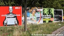 Berlin, 19.08.2021, Ein Werbeplakat steht neben dem anderen vor Bundestagswahl auf der Strasse des 17. Juni.