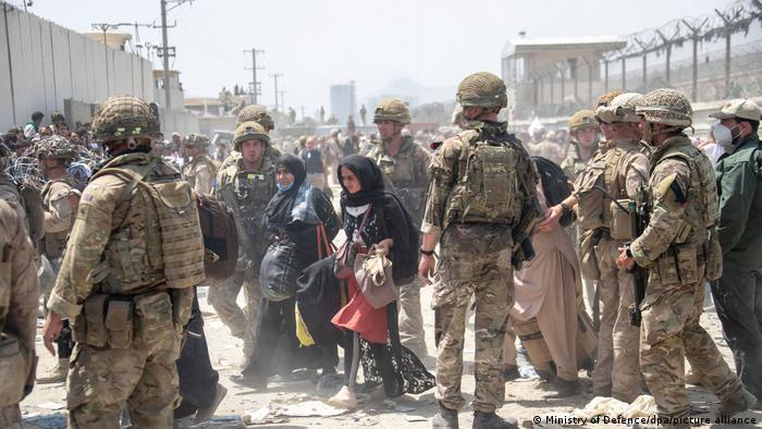 The British and US military assist in the evacuation of people from Kabul