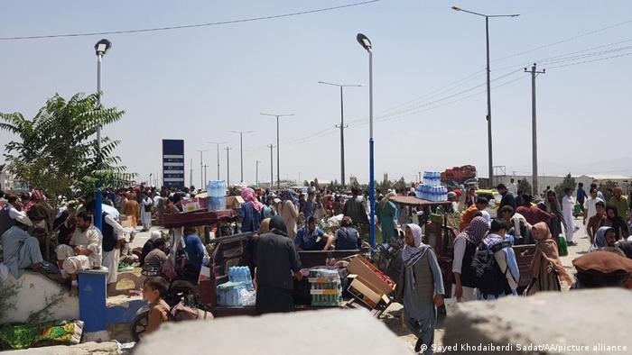 Afghanistan Kabul Airport   Flüchtlinge warten auf Ausreise