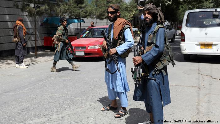 Schwer bewaffnete Taliban-Kämpfer an einem Checkpoint in Kabul