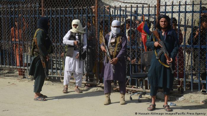 Afghanistan Taliban-Kämpfer in traditioneller Kleidung