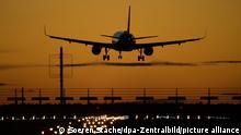 Ein Flugzeug von easyJet landet auf dem Flughafen Berlin Brandenburg (BER) vor rotem Abendhimmel. 02.11.2020