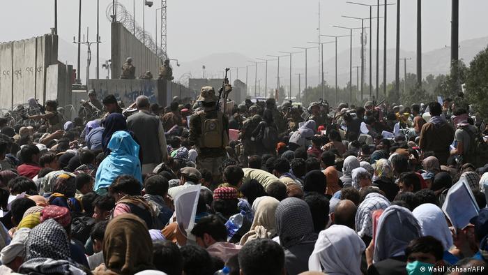 Menschenmassen vor dem Eingang zum militärischen Terminal am Flughafen Kabul