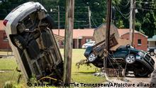 22.08.2021 Beschädigte Autos am Straßenrand, nachdem sie am Vortag von den Fluten weggespült wurden. Schwere Regenfälle haben in Middle Tennessee zu Überschwemmungen geführt und mehrere Todesopfer gefordert, da Häuser und Landstraßen weggeschwemmt wurden. +++ dpa-Bildfunk +++