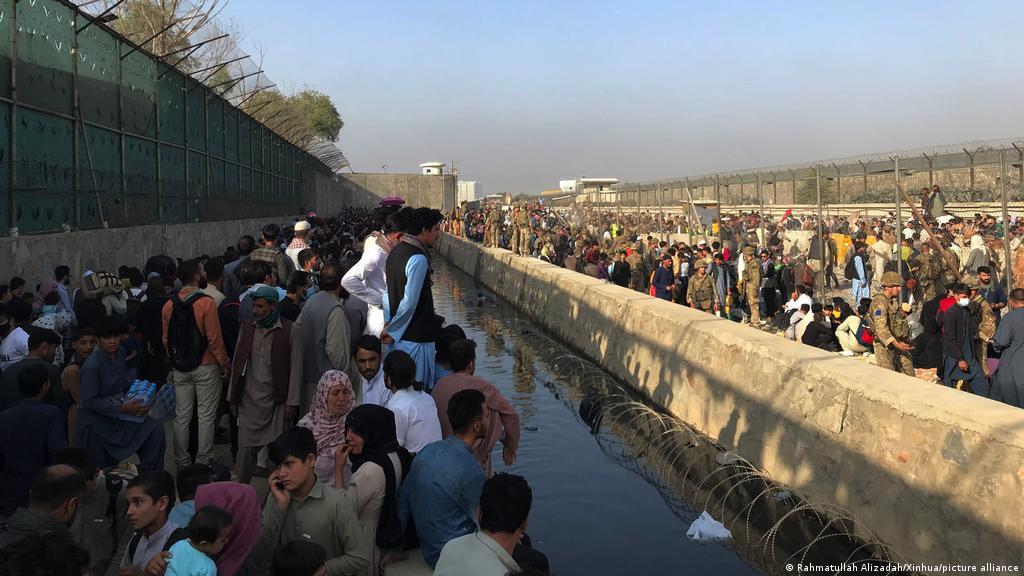 Talibanes advierten contra extender plazo de evacuación en Afganistán   El Mundo   DW   23.08.2021